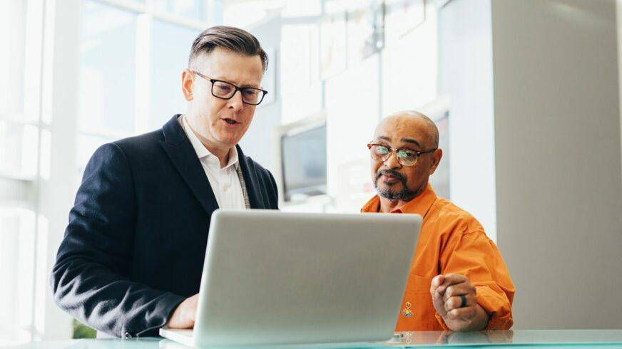 Talon sisäinen IT-osasto vastaan IT-ulkoistus – kumpi on parempi ratkaisu?