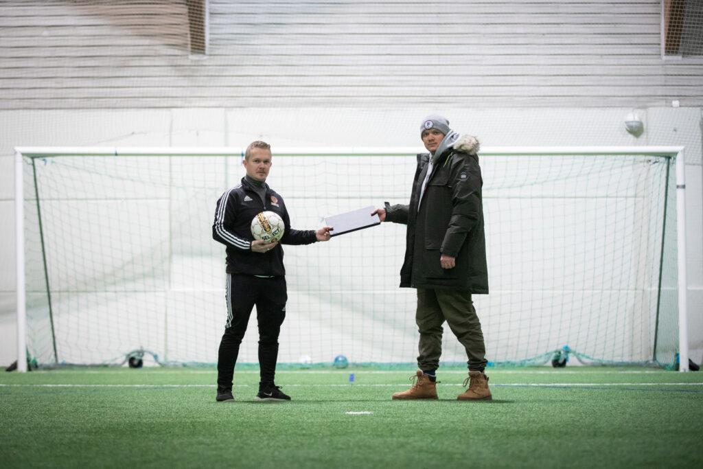 Mtechin Pohjois-Suomen asiakkuuspäällikkö Mika Kallunki luovutti tietokoneet FC Santa Claus Junioreiden puheenjohtaja Jose Hiltuselle.